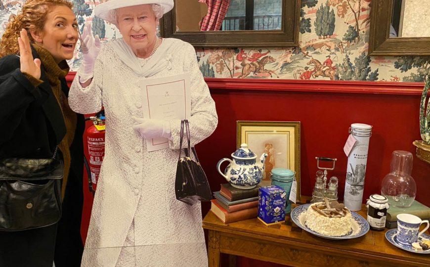 Hora de mi «afternoon-tea» con la Reina madre.